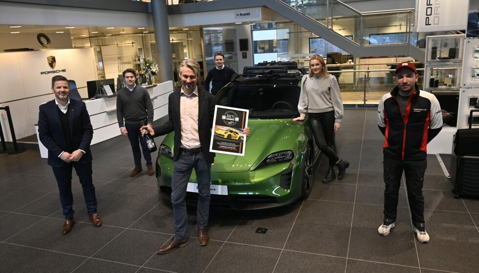 FOR ANDRE ÅR PÅ RAD: I fjor vant 911. Administrerende direktør i Porsche Norge, Morten Sheel, feirer seieren. Her med (fra venstre) Markus Heimonen, Benjamin Nydahl, Fredrik Hansen, Martine Nilsen og Andrè Bekkelund fra Porsche Center Oslo.