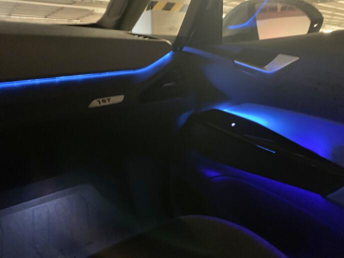 GOD STEMNING: Det er behagelig ledlys i blant annet dashbord og dører. Disse kan du endre farge på selv i infotainmentet, hvor det er en palett bestående av et fåtall valg. Foto: Øystein B. Fossum