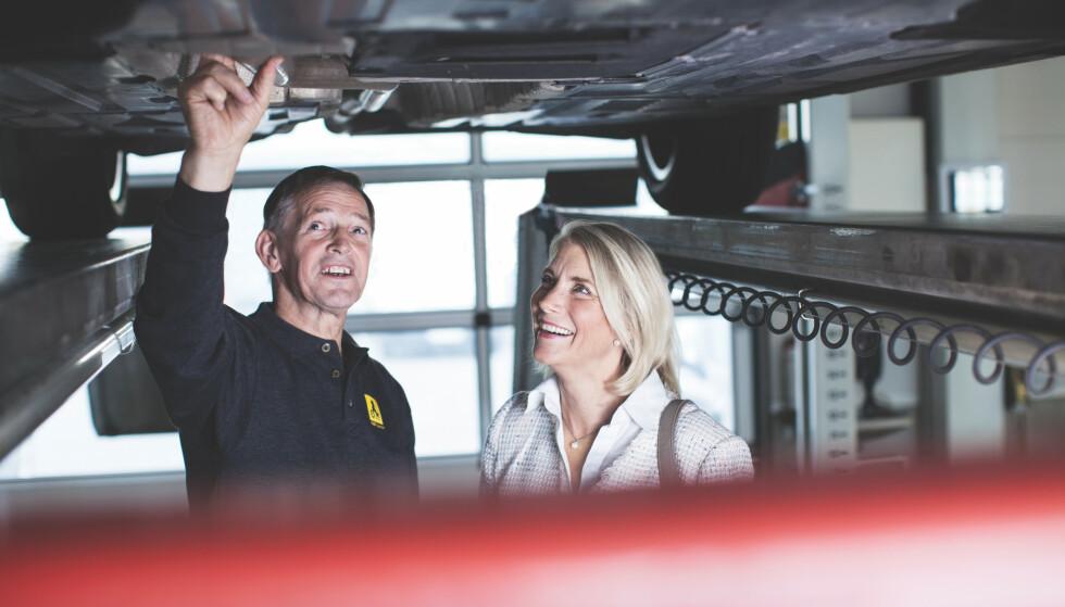 AVSLØR FEILEN SELV: – Mange av de dyre feilene kan du fint avsløre, selv om du ikke er bilekspert, sier Asbjørn Rognes, som har en mannsalder bak seg som biltester i NAF og rådgiver for NAF-medlemmer ved bruktbilkjøp. Foto: NAF