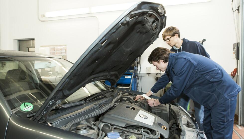 UNNGÅ TABBENE: Når du kjøper bruktbil er det fem-seks ting du kan sjekke selv, for å unngå dyre overraskelser. At bilene har skiftet tannreim i motoren er en av dem. Foto: TÜV