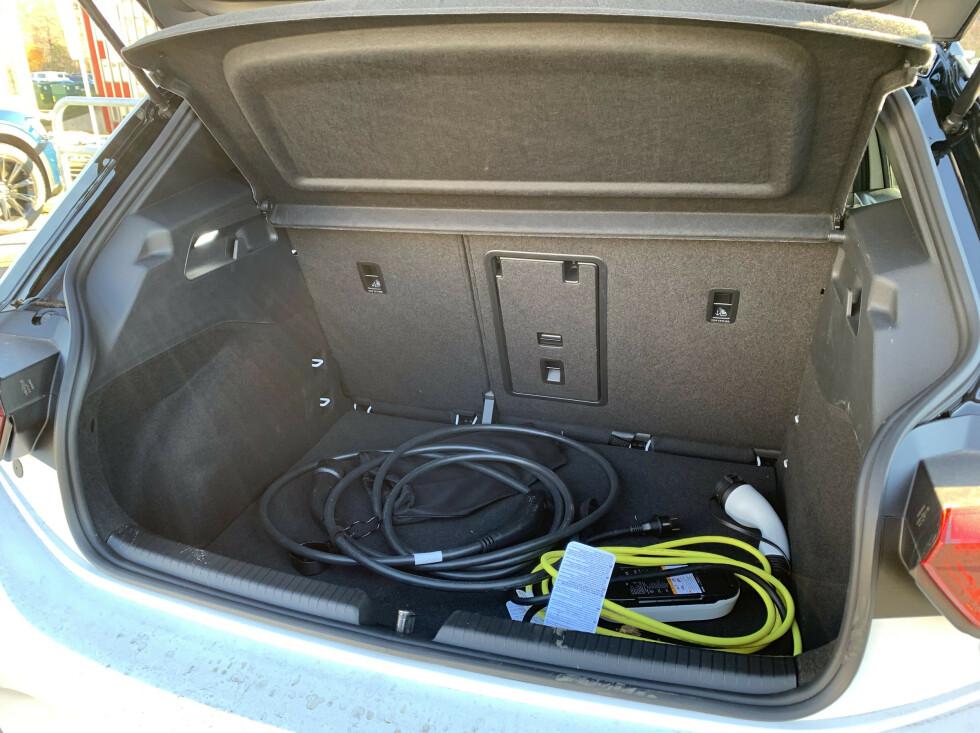 INGEN FRUNK: Dermed må ladekablene plasseres i bagasjerommet. Foto: Øystein B. Fossum