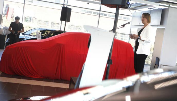 JUBILEUM: Generalsekretær Christina Bu i Norsk elbilforening var med på å markere Nissan Leaf nummer 500 000 på verdensbasis i september. Foto: Øystein B. Fossum