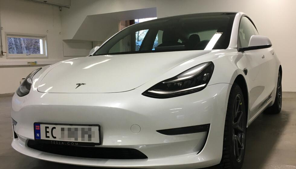 NYE SKILTER: EB-skiltserien har vært med elbilene i knapt ett år, før den første EC-registreringen ble et faktum denne uka. Foto: Tesla