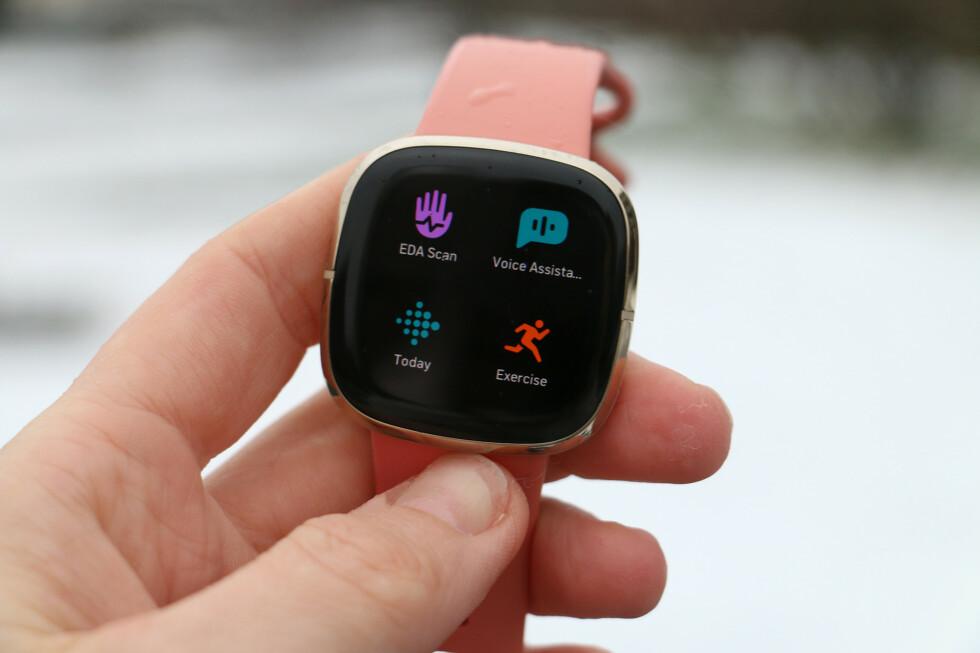 MER AVANSERT: Nye Fitbit Sense er mer avansert enn sine Versa-søsken. Det betyr ikke nødvendigvis at du bør kjøpe den. Foto: Kirsti Østvang