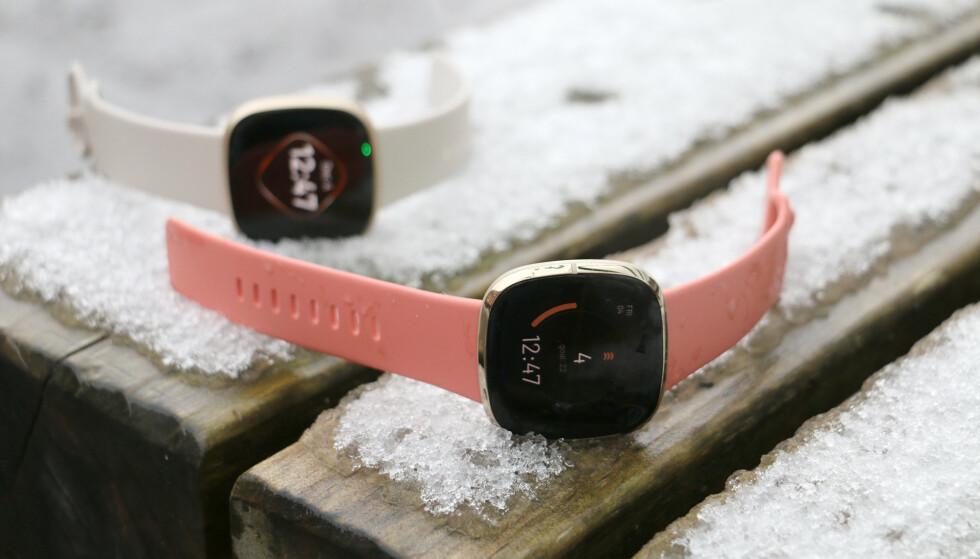 PEN KLOKKE: Designmessig har vi lite å utsette på Fitbit Sense (og Versa 3 i bakgrunnen): e er pene, behagelige å bruke og ikke altfor store og klumpete. Foto: Kirsti Østvang