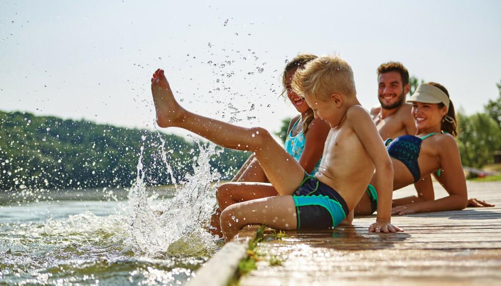 RYK OG REIS FOR FERIE SEINERE? Hovedregelen er at arbeidsgiver skal sørge for at du tar ut ferien din i løpet av ferieåret - og du kan pålegges å ta ut restferien før årsslutt. I så fall er det ryk og reis for ferieoverføring til neste år. Og skaff deg for all del sykemelding om du blir syk i ferien: Da kan du kreve ny ferie seinere. Men har du ikke sykemelding, er det ryk og reis også for det. Foto: Shutterstock / NTB Scanpix