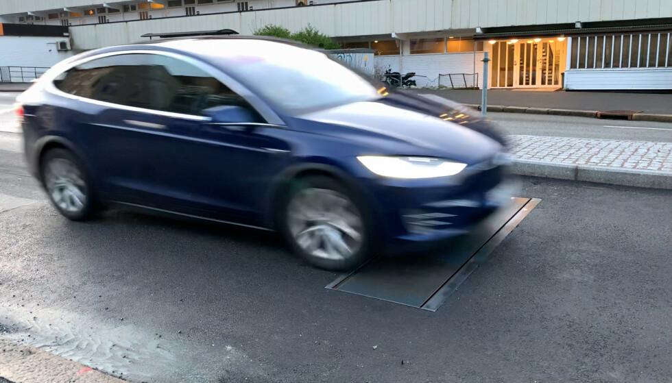 ACTIBUMP: Om Teslaen hadde kjørt for fort, ville lemmen senket seg seks centimeter, og bilen ville fått seg en kraftig støkk. Foto: Linus Kristoffer Størbu