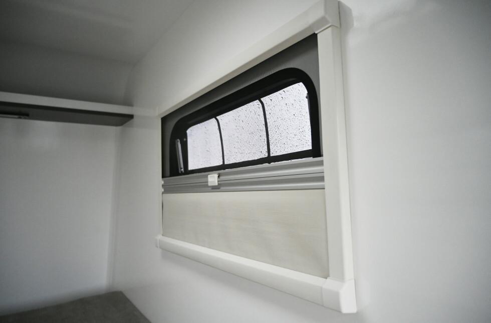 BÅDE OG: Det er bra med luftemuligheter fra både dør, vinduer og takluke. Alle åpninger har både myggnetting og blendegardiner. Sjekk hylla oppunder taket. Kjekt til småting mens du er i hytta. Foto: Rune M. Nesheim.