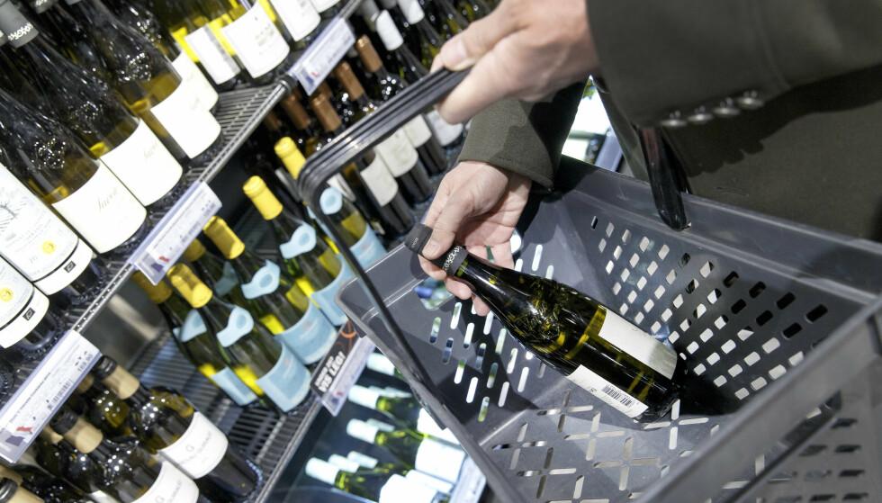 ÅPNINGSTIDER PÅ POLET: Vinmonopolet sier de må se på hva som er praktisk mulig dersom forslaget fra FHI om å utvide åpningstider blir vedtatt av regjeringen. Foto: Gorm Kallestad/NTB