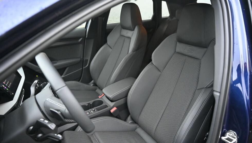 S LINE: Vår Audi er unødvendig dyr fordi den har S line både utvendig og innvendig. Man sitter knallbra i manuelt betjente stoler med mange innstillingsmuligheter. Foto: Rune M. Nesheim