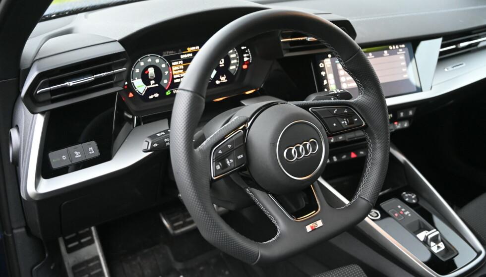 KULT OG HARDT: Det er overraskende mye hardplast i Audi, men premiumfølelsen kryper inn på deg uansett. Foto: Rune M. Nesheim