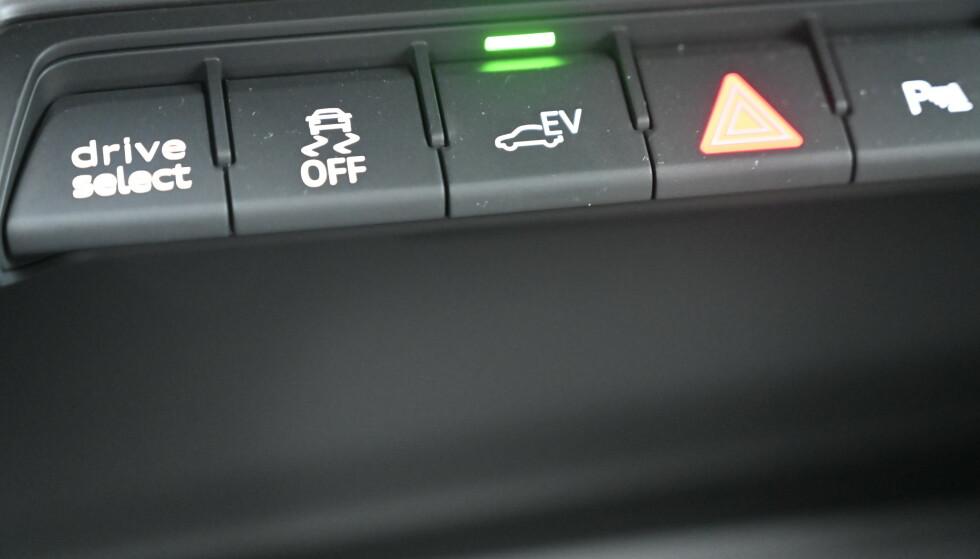 GRØNT: Bilen starter alltid på el og du må aktivt velge noe annet når du kjører avgårde. Enten ved å trykke på EV-knappen for å få hybriddrift, save eller charge. Setter du bilen i sportprogrammet, starter også motoren Foto: Rune M. Nesheim