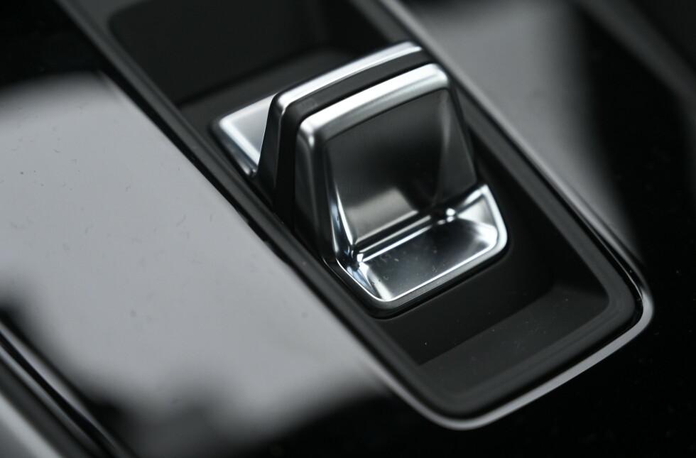 BRYTER: Nå betjenes forover eller bakover med en liten vippebryter hos VAG. Både Skoda og VW har samme system nå. Foto: Rune M. Nesheim