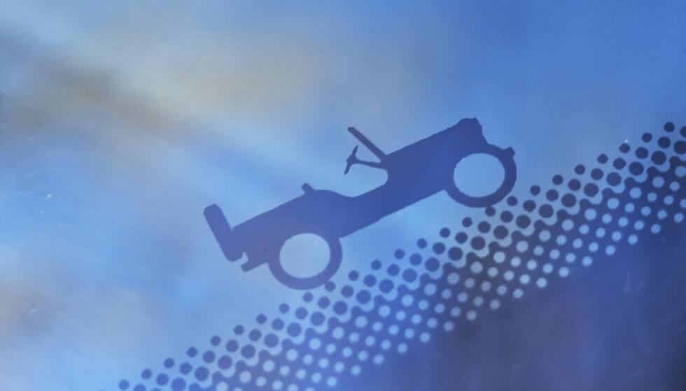 DETALJER: Det er etter hvert flere bilmerker som lager små skjulte morsomheter på bilene sine. Jeep er blant de flinkeste, spesielt på Renegade og Wrangler. Men også på Compass finner man små hint om historien, som på frontruta. Foto: Rune M. Nesheim