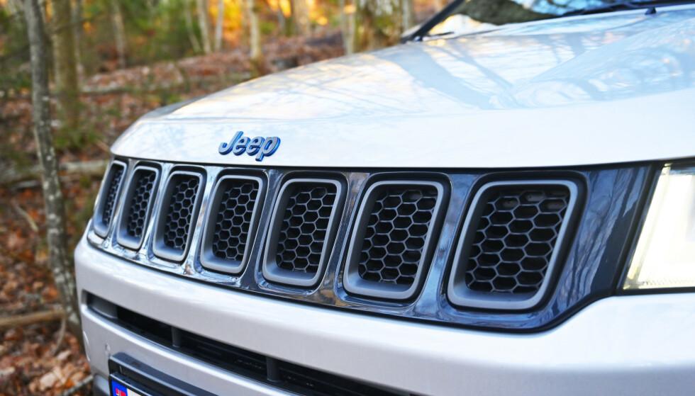 TALLET ER SJU: Sju spalter i grillen er etter hvert blitt et varemerke for Jeep. Enkelte versjoner av millitærmodellen hadde det og samtlige etterfølgere CJ og Wrangler har hatt det. På 2000-tallet begynte man å innføre det på personbilene også. Foto: Rune M. Nesheim