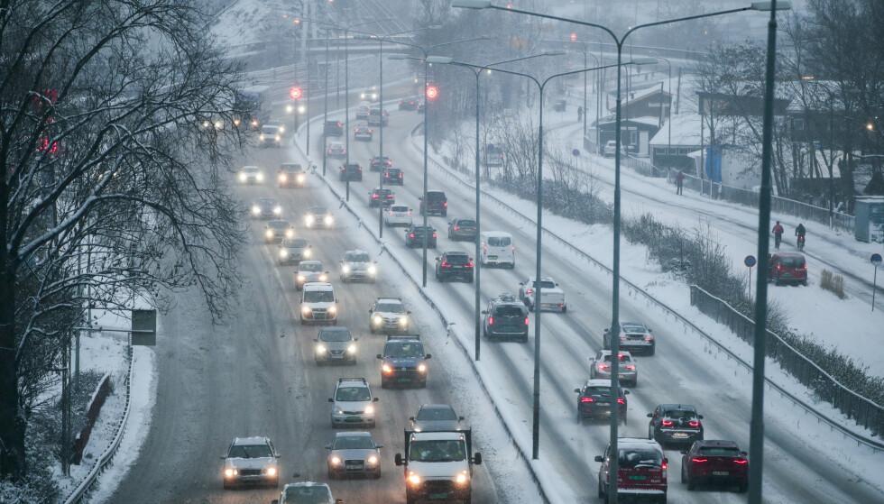 Oslo 20191111.  Snø skaper kaos på E-18 ved Vækerø inn mot Oslo mandag morgen. Brøytemannskaper har problemer med å holde motorveien fri for snø. Foto: Lise Åserud / NTB