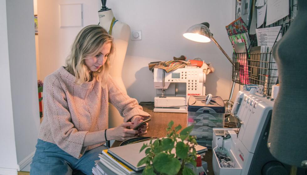 NYTTÅRSPLANER: I 2021 satser Petra Gjørvad på å jobbe fulltid som kostymedesigner, men skal ta ekstravakter på sykehuset innimellom, siden hun er sykepleier også. I tillegg planlegger hun boligbytte. Foto: Adam Enochsson / NewsLab