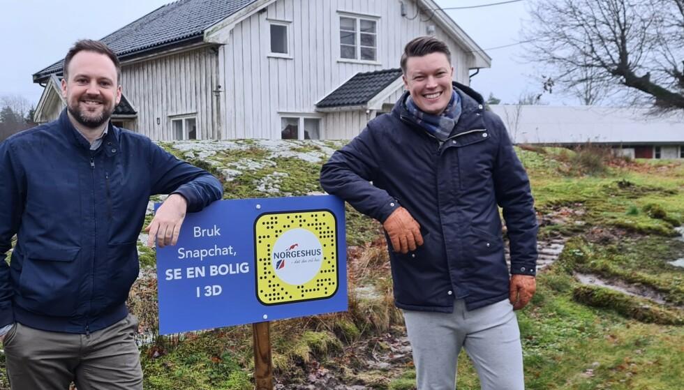 SELGER VIA SNAP: Ved å scanne en QR-kode i Snapchat får du se boliger som skal bygges. Jonny Svarliaunet fra Norgeshus og Steffen Rabben fra Snap Norge, står på ei tomt i Moss hvor det snart bygges nye boliger, som du kan sniktitte på via Snapchat.