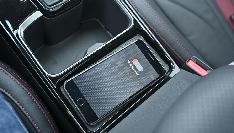 TRØDLØST: Ladeplate for mobilen følger med, men du må fortsatt finne frem USB-kabelen for å bruke Apple Carplay. Foto: Rune M. Nesheim