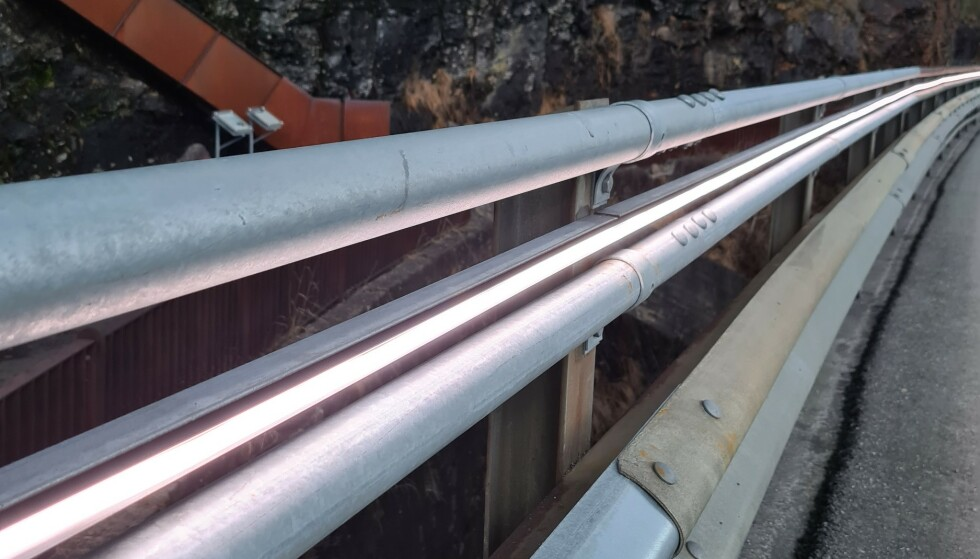 LEDELYS: Disse lysene skal lede kjøretøyene over Svandalsfossen bru, når sikten er elendig. Se flere bilder nede i saken. Foto: Rogaland fylkeskommune