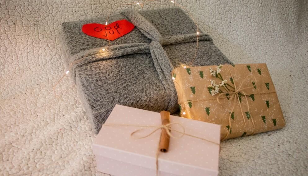 MANGE ALTERNATIVER: Det er mange ting man kan bruke i stedet for glanspapir når man skal pakke julegaver. Foto: Ida Helene Benonisen