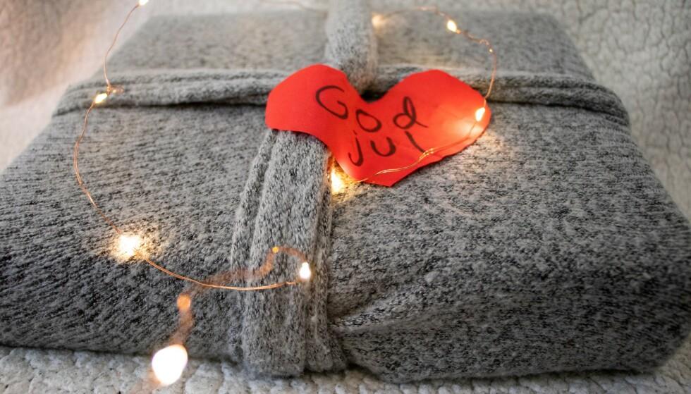 GAMMEL GENSER: Denne gaven er pakket inn ved hjelp av en gammel genser. Her er ermene brukt til å lage «gavebånd». Hjertet er laget av gammelt stoff. Foto: Ida Helene Benonisen