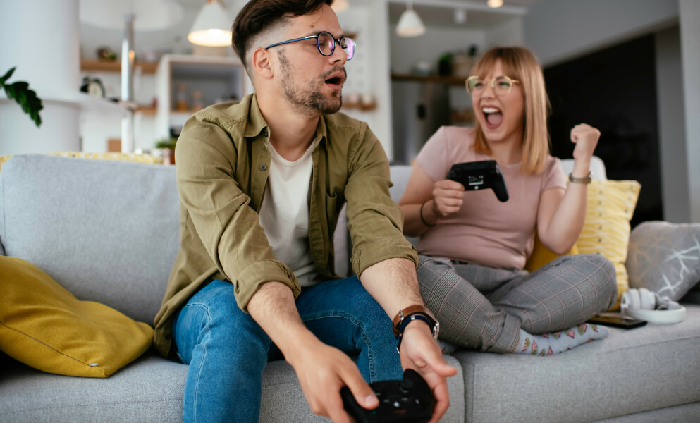 SPILL FLERE: Å spille TV-spill kan være sosialt og by på timevis med moro. Foto: Shutterstock/NTB