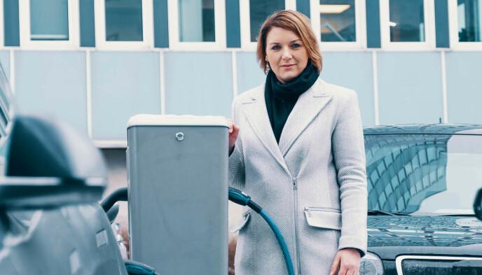 KRITISK: Generalsekretær Christina Bu i Norsk elbilforening mener det nye EU-direktivet forvirrer mer enn det hjelper. Foto: Elbilforeningen