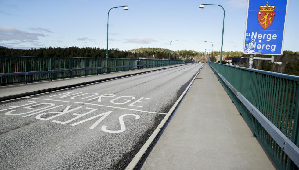 STENGT: Grenseovergangen på gamle Svinesundbrua, mellom Norge og Sverige, er en av grenseovergangene som nå er stengt. Grunnen er at regjeringen har innført testplikt ved innreise, og de ønsker kontroll på dette. Det er 38 åpne grenseoverganger nå, av drøye 110. Foto: Vidar Ruud / NTB