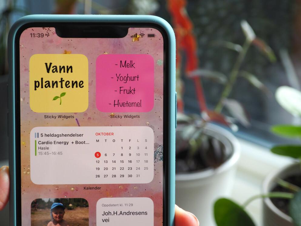 KLISTRELAPPER: Med widgeten Sticky Notes kan du ha post-it-lapper på iPhone-hjemskjermen. Men det er ikke vår eneste favoritt-widget. Foto: Kirsti Østvang
