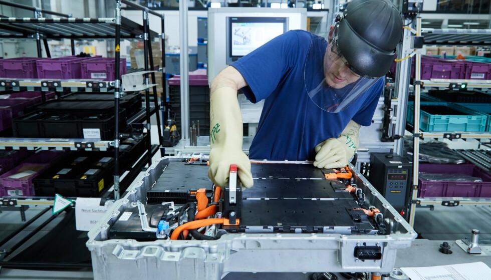 DÅRLIG SVEIS: En sveis i batteriet til BMWs ladbare hybrider er for dårlig rengjort. Så lite skal det til for at en kortslutning skal oppstå i et høyspennings-batteri. Foto: BMW