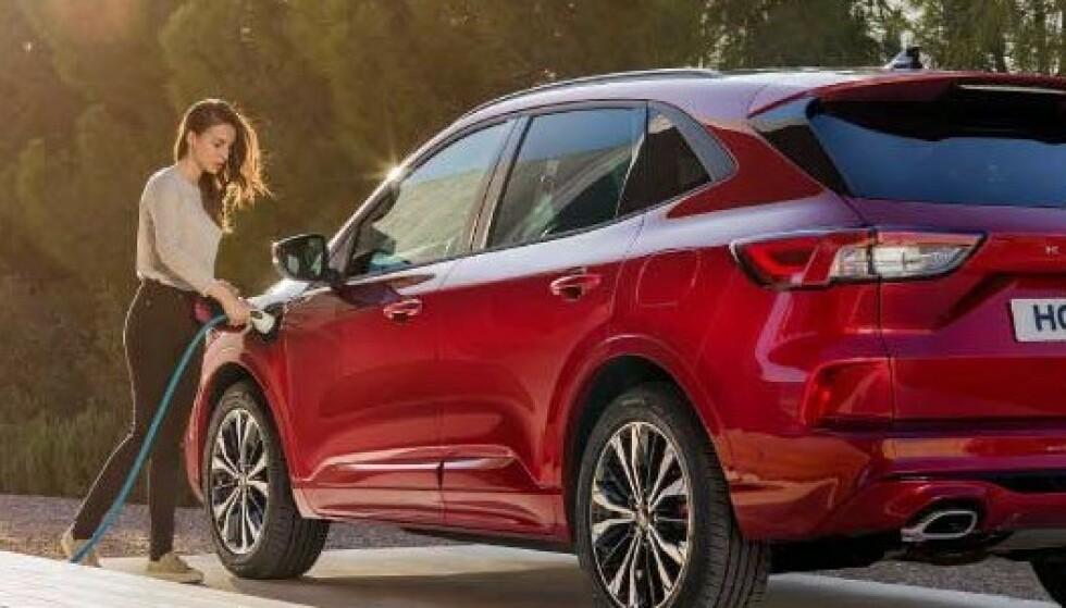 MÅ IKKE LADES: Før batteriet på ladbare Ford Kuga er sjekket, må ikke bilen lades eksternt, sier den norske Ford-importøren. Foto: Ford