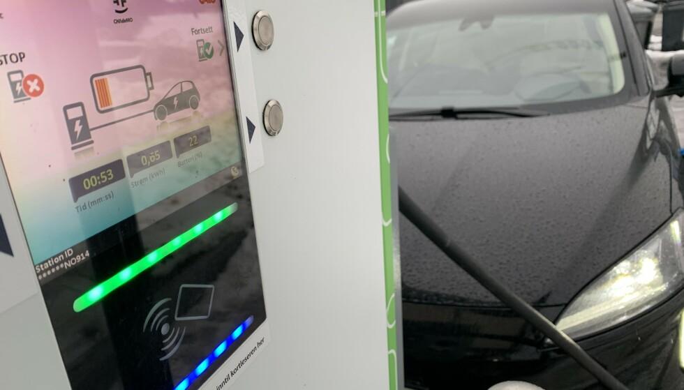 DYRT: Å lade elbilen eller den ladbare hybriden er mye dyrere langs veien enn det er på strømnettet hjemme. Foto: Øystein B. Fossum