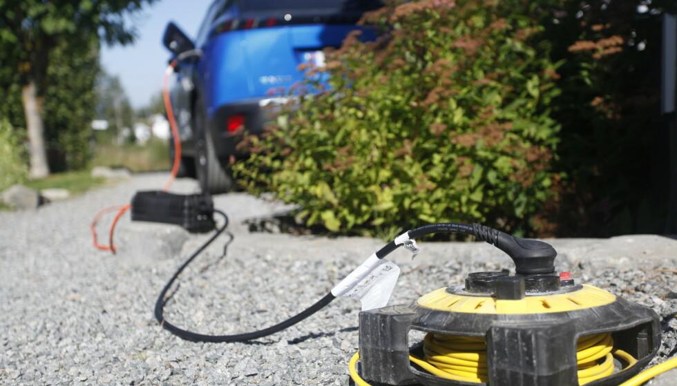 POTENSIELT FARLIG: Man bør unngå å lade bilen rett fra stikkontakten, mens skjøteledning kun bør benyttes ved nødstilfeller. Foto: Øystein B. Fossum