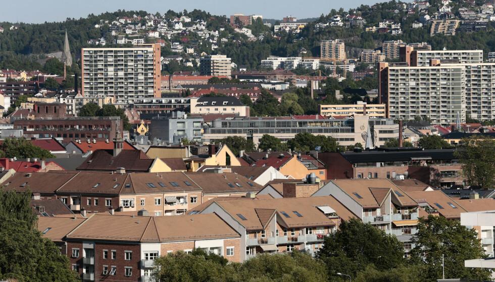 KONTRASTER: Boligprisveksten i Oslo er betydelig høyere enn i resten av landet, og det er ventet ytterligere vekst framover. Dette er kjekt for de som eier bolig i hovedstaden som ser den blir verdt mer og mer, mens det er kjipt for førstegangskjøperne. Foto: NTB