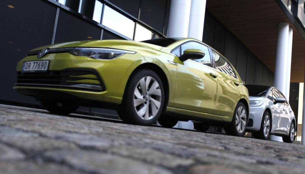 VW Golf og arvtakeren VW ID.3 stod for hele 12 822 registreringer på det norske markedet i fjor. Nå stjeler elbilene stadig større markedsandelen for hvert år som går. Foto: Øystein B. Fossum