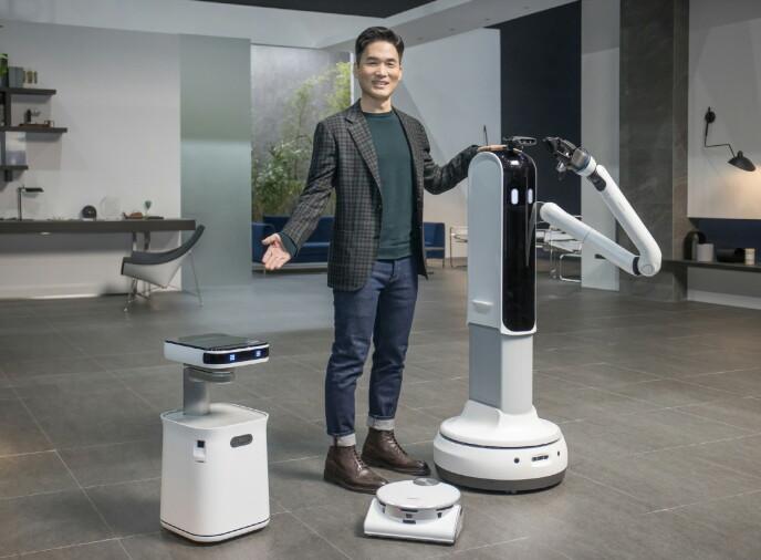 FLERE ROBOTER: Kun den midterste av disse er å få kjøpt, nemlig JetBot 90 AI+, som er Samsungs nyeste robotstøvsuger. De to andre, Bot Care (til venstre) og Bot Handy (til høyre) er foreløpig kun for show. Foto: Samsung