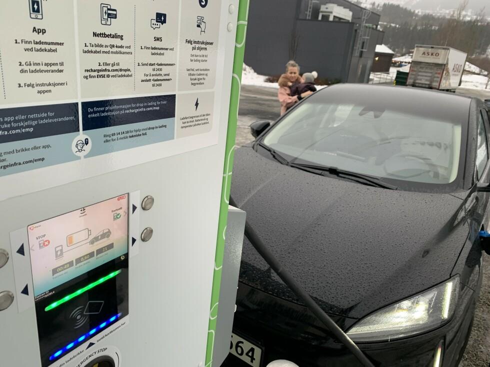 TAR TID: Hurtiglading går ikke så fort. Å fullade batteriet tar langt over én time, med maks 50 kW ladehastighet. Foto: Øystein B. Fossum