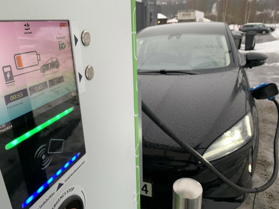 KLØNETE PLASSERING: Chademo-kontakten er på venstre side foran. Det kan bli klønete å få parkert, med uttak på høyre side av ladeboksene. Foto: Øystein B. Fossum