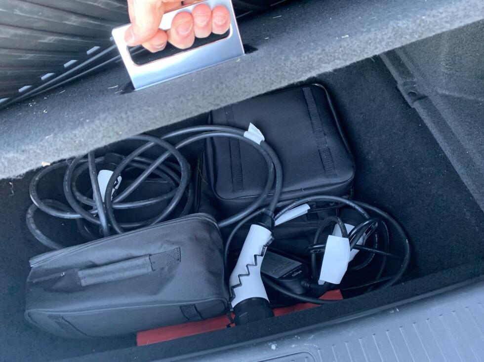 BAGASJEROM: 380 liter og opp til 760 liter er greit med lagring, men legg ledingene i hullet under bagasjerommet (samt noen små bagger). Foto: Øystein B. Fossum
