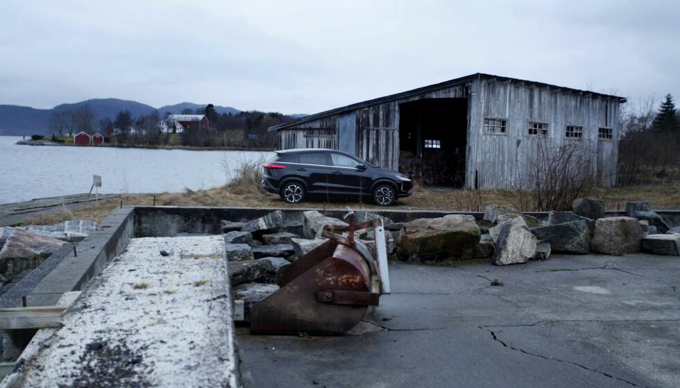 STILIG: XPENG G3 i vakker norsk natur og historisk kulturlandskap er ikke feil. Foto: Øystein B. Fossum