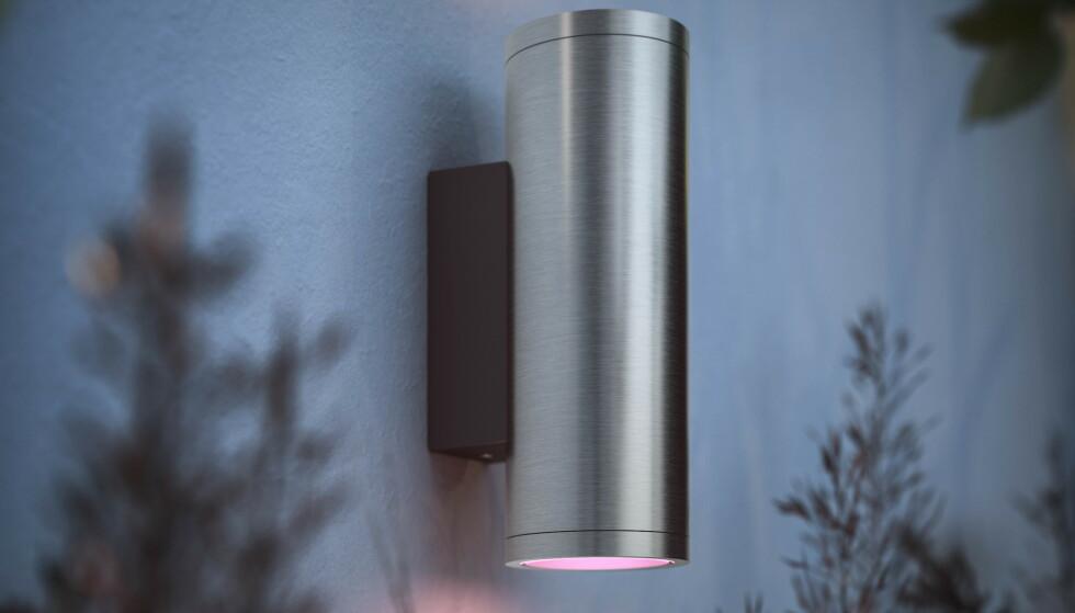 PHILIPS APPEAR: Denne lampen lyser oppover og nedover veggen. Foto: Signify