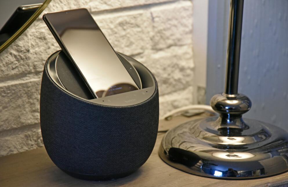 TO-I-EN: Belkins smarthøyttaler har Google Assistent innabords og kan også lade telefonen trådløst. Foto: Pål Joakim Pollen