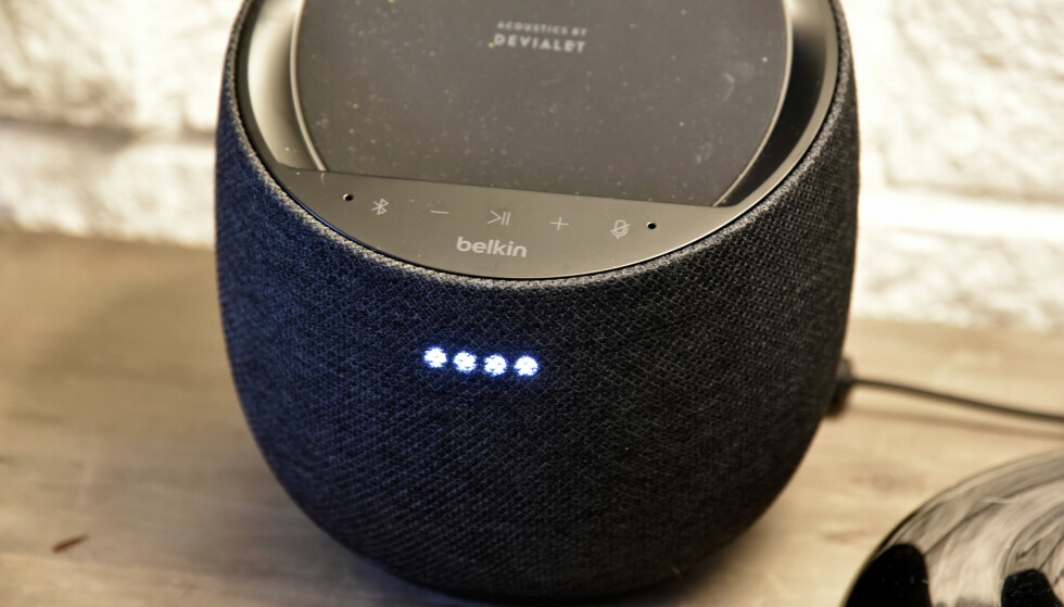 FIRE PRIKKER: Disse vil være kjent for dem som har en Google-høyttaler fra før og lyser opp når du sier «OK Google». Foto: Pål Joakim Pollen