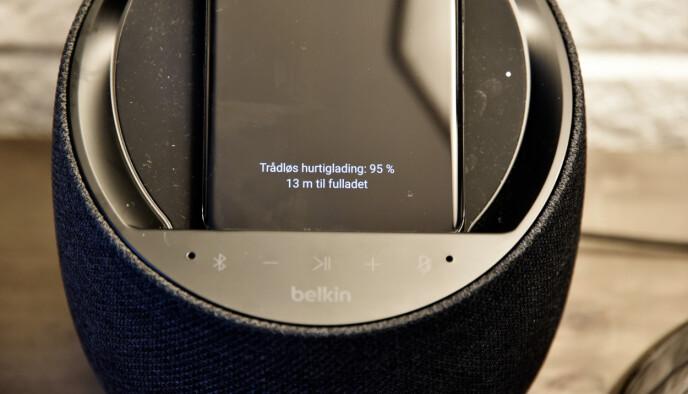 10 WATT: Den trådløse laderen på toppen av Belkin-høyttaleren kan lade telefoner og andre enheter med inntil 10 watts effekt. Foto: Pål Joakim Pollen