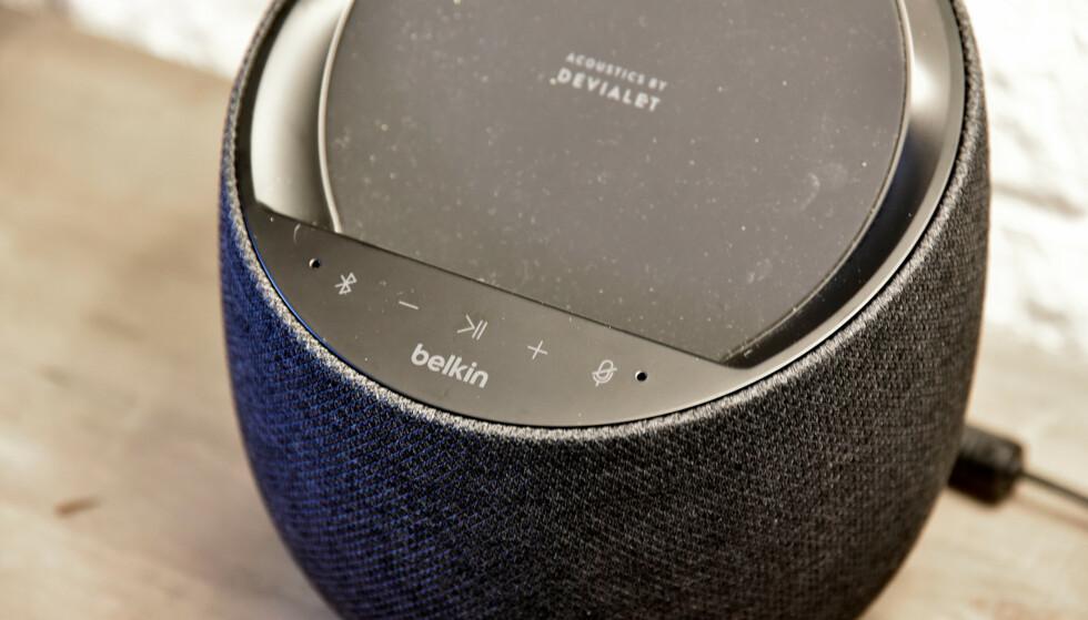 KNAPPER: Belkin-høyttaleren har knapper for å slå av og på Bluetooth (for å bruke den som en ren Bluetooth-høyttaler), samt volumstyring og pausing av musikken, men alt dette kan du gjøre med stemmen også. Vil du koble fra mikrofonen, finnes det en knapp til det. Foto: Pål Joakim Pollen
