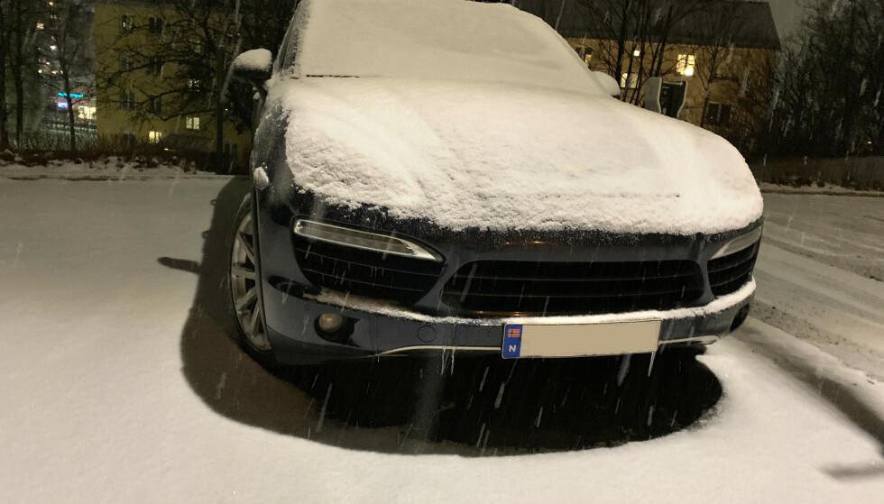 BEDRE: Faktisk blir det ofte færre stygge riper av å la premiumbilen snø ned, i forhold til å bruke duk eller presenning som beskyttelse. Å vaske bilen før det begynner å snø, er uansett det beste tipset. Foto: Øystein B. Fossum
