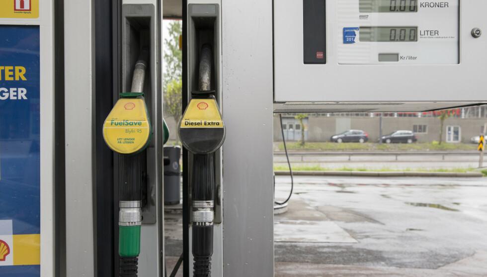 VI FYLLER MINDRE: I desember fylte vi 11 millioner liter mindre autodiesel og 7 millioner liter mindre bensin, enn samme periode i 2019. Men prisene var lavere i 2020. Foto: Berit Roald / NTB