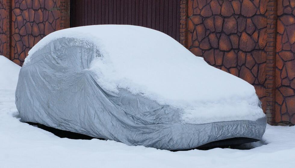 TAR EN SJANSE: Om det ligger sandkorn eller annen dritt på bilen eller i presenningen, kan bilen ha fått stygge riper etter at tung snø har skapt friksjon. Foto: NTB/Shutterstock