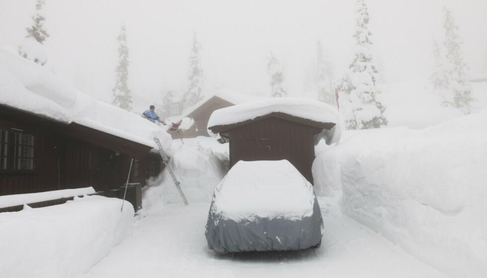 VÆR FORSIKTIG: Presenning over en utendørs, vinterlagret bil kan bidra til å skrape opp lakken. Foto: Berit Roald / NTB